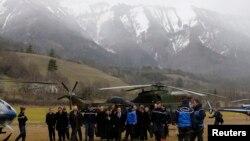 Міністар унутраных спраў Францыі і службовыя асобы прыбылі на вэрталёце на поле побач зь месцам крушэньня Airbus A320