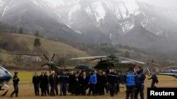 Oficiali francezi în apropiere de locul catastrofei
