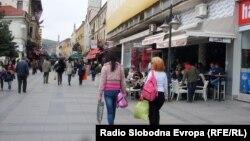 Битолчани шетаат по Широк сокак.