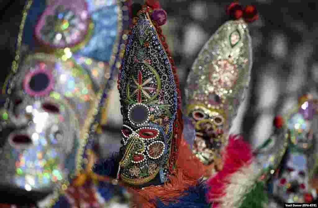 """Ряженые, известные как """"кукеры"""", во время 28-го Международного фестиваля карнавальных игр """"Сурва-2019"""" в Пернике, Болгария, 27 января 2019 года."""