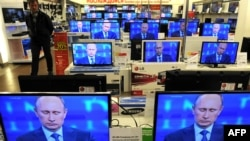 Трансляция «Прямой линии с Владимиром Путиным» на мониторах в торговом центре. 25 апреля 2013 года. Иллюстративное фото.