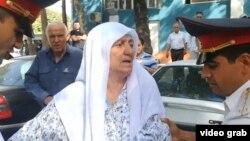 Гульчехра Шодмонова была задержана во время акции протеста у здания офиса ОБСЕ в Душанбе