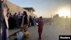 Menekülők sorakoznak, hogy bejuthassanak a kabuli reptérre 2021. augusztus 22-én.