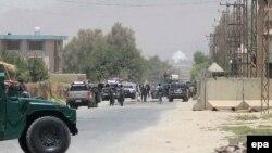 Сили безпеки Афганістану на дорозі, що веде до будинку Хашмата Карзая, 29 липня 2014 року