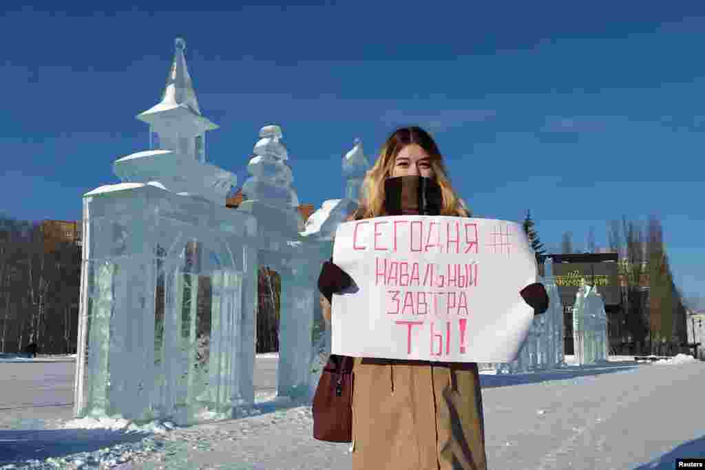 """""""Ma Navalnij, holnap te!"""" - olvasható ezen a plakáton."""