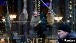Витрина продовольственного магазина в Санкт-Петербурге. Иллюстративное фото.