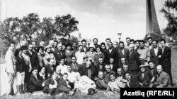 Аметхан Солтан (беренче рәттә сулдан 7нче басып тора) Мәскәүдә кырымтатарлар белән очрашуда. 1966