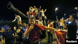 Ночная сцена у входа в стамбульский аэропорт имени Ататюрка