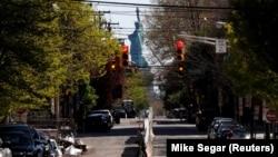 Опустевшая на фоне введения ограничительных мер из-за коронавируса улица в Джерси. 28 апреля 2020 года.