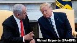 АҚШ президенти Дональд Трамп Исроил Бош вазири Бенямин Нетаняху билан. Вашингтон, 2020, 28 январь.