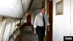 Путін на борту одного з його президентських літаків. Згідно з доповіддю, він має у своєму розпорядженні 43 літаки