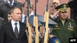 Президент Владимир Путин и министр обороны Сергей Шойгу