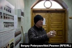 Смотритель мечети в селе Тюбук рассказывает о том сколько приходит прихожан в обычный день
