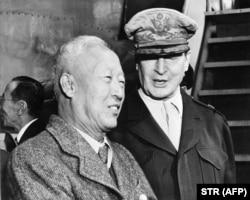 ایسونگمن ری در کنار ژنرال مکآرتور