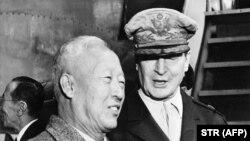 Дуглас Макартур (справа) и Сингман Ри, председатель правительства Южной Кореи, 1948