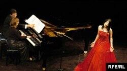 خانم بنیادی می گوید: در ایران هیچ پشتوانه ای برای یک خواننده وجود ندارد چه برسد به اینکه آن خواننده یک زن هم باشد.