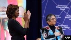 """Первая леди США Мишель Обама и экс-кандидат в президенты Таджикистана Ойнихол Бобоназарова на вручении премии """"Самые отважные женщины мира"""" в Вашингтоне, 4 марта 2014 года."""