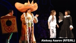 Персонажи нового спектакля «Алдар Косе». Слева направо: Шараяк (Ербол Садырбаев), Хан (Данияр Базаркулов), Карашаш (Жанэль Бейсекожаева) и Алдар Косе (Ербол Идрисов). Алматы, 6 мая 2015 года.