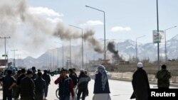 کابل کې د برید له ځایه لوخړې خېږي ښايي. ۱ مارچ ۲۰۱۷