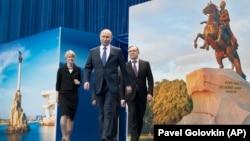 Президент России Владимир Путин (в центре) прибывает на встречу со своими сторонниками в Москве. 30 января 2018 года.