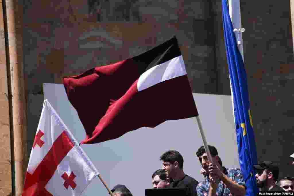 ...другие – со старым флагом Грузии (1990-2004)