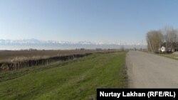 Некоторые участки земель близ сёл в Алматинской области окружены рвом. Алматинская область, 9 апреля 2018 года.
