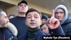 Володимир Зеленський і члени його команди «95-й квартал» перед протестувальниками у Львові перед концертом 8 лютого 2019 року