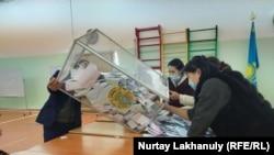 Подсчет бюллетеней на избирательном участке № 894 в селе Жалгамыс в Алматинской области. 10 января 2021 года.