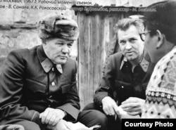 Түсірілім кезінде (солдан оңға): генерал Панфилов – актер Всеволод Санаев, маршал Рокоссовский – актер Владлен Давыдов және режиссер Мәжит Бегалин, 1967 ж.