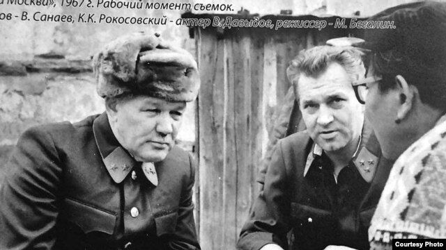 Actor Vsevolod Sanayev as Major General Ivan Panfilov (left) on set during the filming of the 1967 film Moscow Is Behind Our Backs.