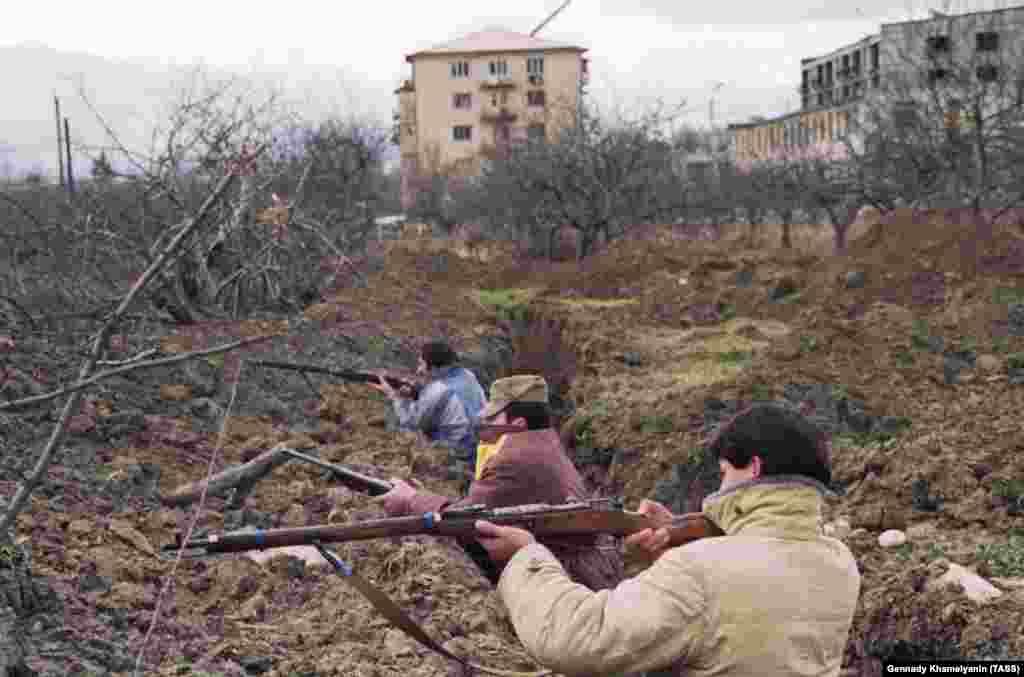 Осетины в окопах на окраине Цхинвали. Мужчины используют устаревшие российские винтовки Мосина-Нагана, впервые выпущенные в 1890-х годах. В течение 1991 года «лоскутное одеяло» грузинских и осетинских селений, из которых состоит Южная Осетия, раздиралось межэтническими убийствами и запугиваниями