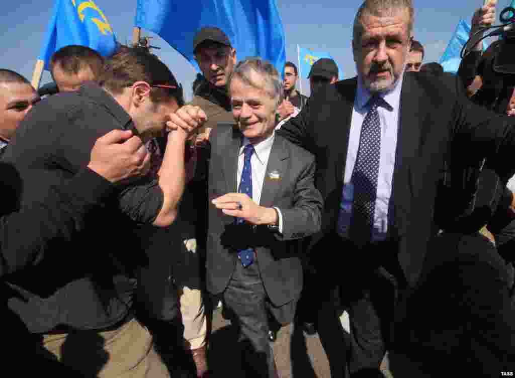 После прорыва через пункт пропуска «Турецкий вал» активисты встретились с лидером крымскотатарского народа Мустафой Джемилевым