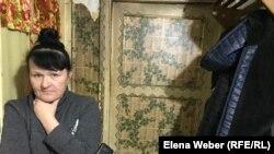 Жительница поселка Шахан Наталья Исаенко отапливает свою квартиру в пятиэтажном доме буржуйкой с помощью угля. 6 ноября 2020 года.