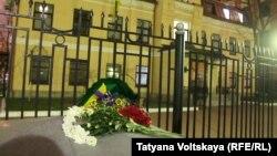 Кветкі каля консульства Ўкраіны ў Пецярбургу