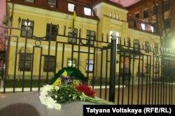 Цветы у консульства Украины в Петербурге