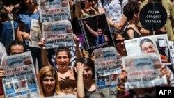 Түркиядағы қамалған журналистердің босатылуын талап еткен қарсылық акциясы. Стамбул, 21 маусым 2016 жыл (Көрнекі сурет).