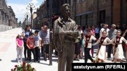 «Սա իմ շնորհակալությունն է բարերարին»․ Գյումրիում տեղադրվեց Քըրք Քըրքորյանի արձանը