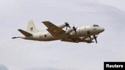 یک هواپیمای کره جنوبی در حال آغاز عملیات جستوجو. شش کشور در عملیات تجسس در اقیانوس هند حضور دارند