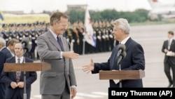 Президент США Джордж Буш (ліворуч) і голова Верховної Ради України Леонід Кравчук під час урочистої зустрічі в аеропорту. Україна, 1 серпня 1991 року