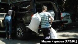 Волонтеры у отделения Красного Креста в Иркутске