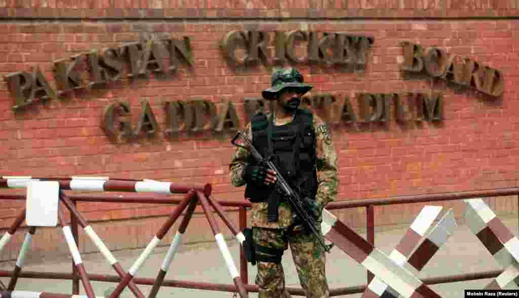 د پاکستان امنیتي ځواک یو سرتېری د قذافي لوبغالي بهر ولاړ دی