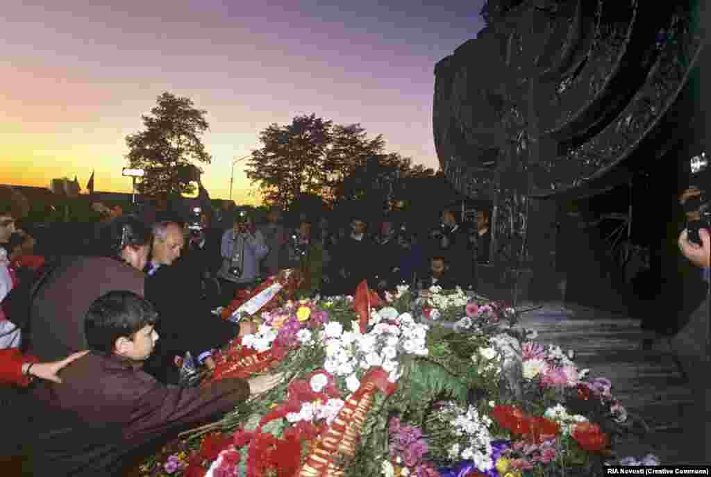 Через 50 лет после убийства, после того как в 1991 году Украина обрела независимость, на месте был поставлен отдельный памятник жертвам Бабьего Яра - киевским евреям.