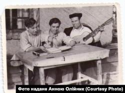 Володимир Олійник (посередині) під час заслання