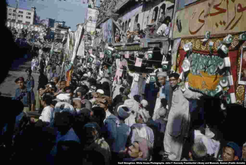 Толпы выстроились вдоль улицы в Пешаваре, чтобы приветствовать первую леди Америки.