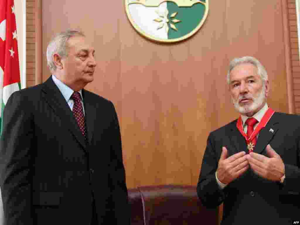 Сергей Багапш принимает в Сухуми главу МИД Никарагуа Самуэля Сантоса. 16 апреля, 2010