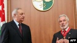 Президент Абхазии Сергей Багапш (слева) и министр иностранных дел Никарагуа Самуэль Сантос Лопес