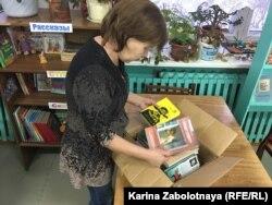 """Коробки с книгами фонд """"Вереница"""" привозит в библиотеки несколько раз в год"""