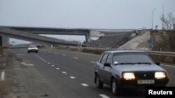 Разбураны мост каля Луганскага аэрапорту