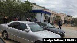 Маңғыстау облысы бойынша миграциялық полиция басқармасы ғимаратының алды. Ақтау, 27 қыркүйек 2018 жыл.