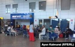 В зале ожидания алматинского аэропорта, 30 июня 2020 года.